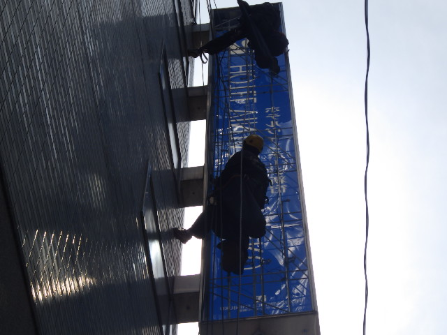 新宿ホテル 袖看板をロープアクセスでLED改造